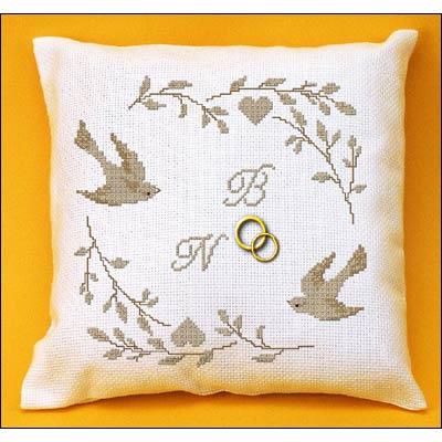 coussin alliance broderie point de croix oiseaux et coeurs planete mauve broderies cie. Black Bedroom Furniture Sets. Home Design Ideas